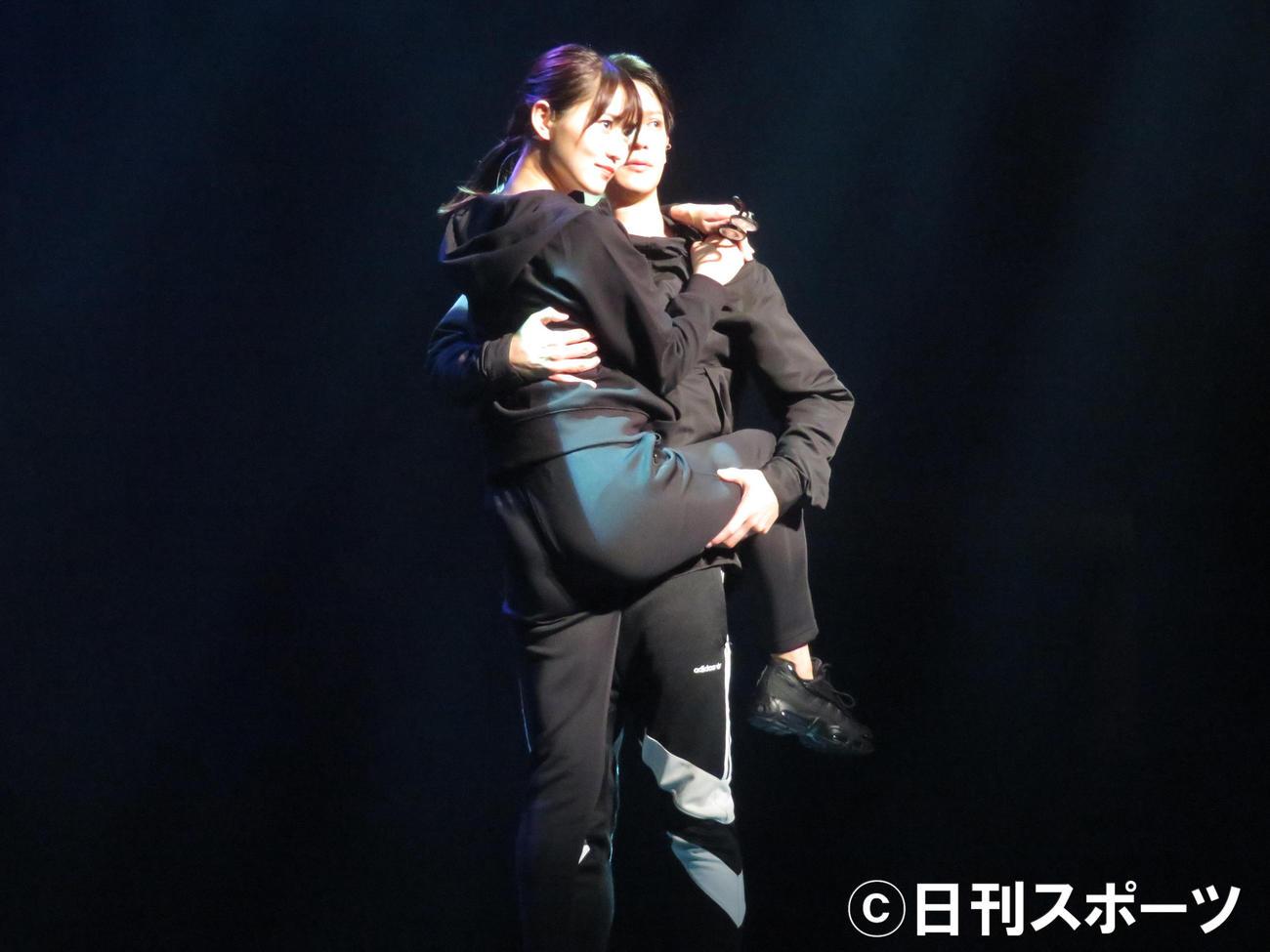 主演舞台「飛龍伝2020」で熱演する菅井友香(左)。右は味方良介(撮影・横山慧)