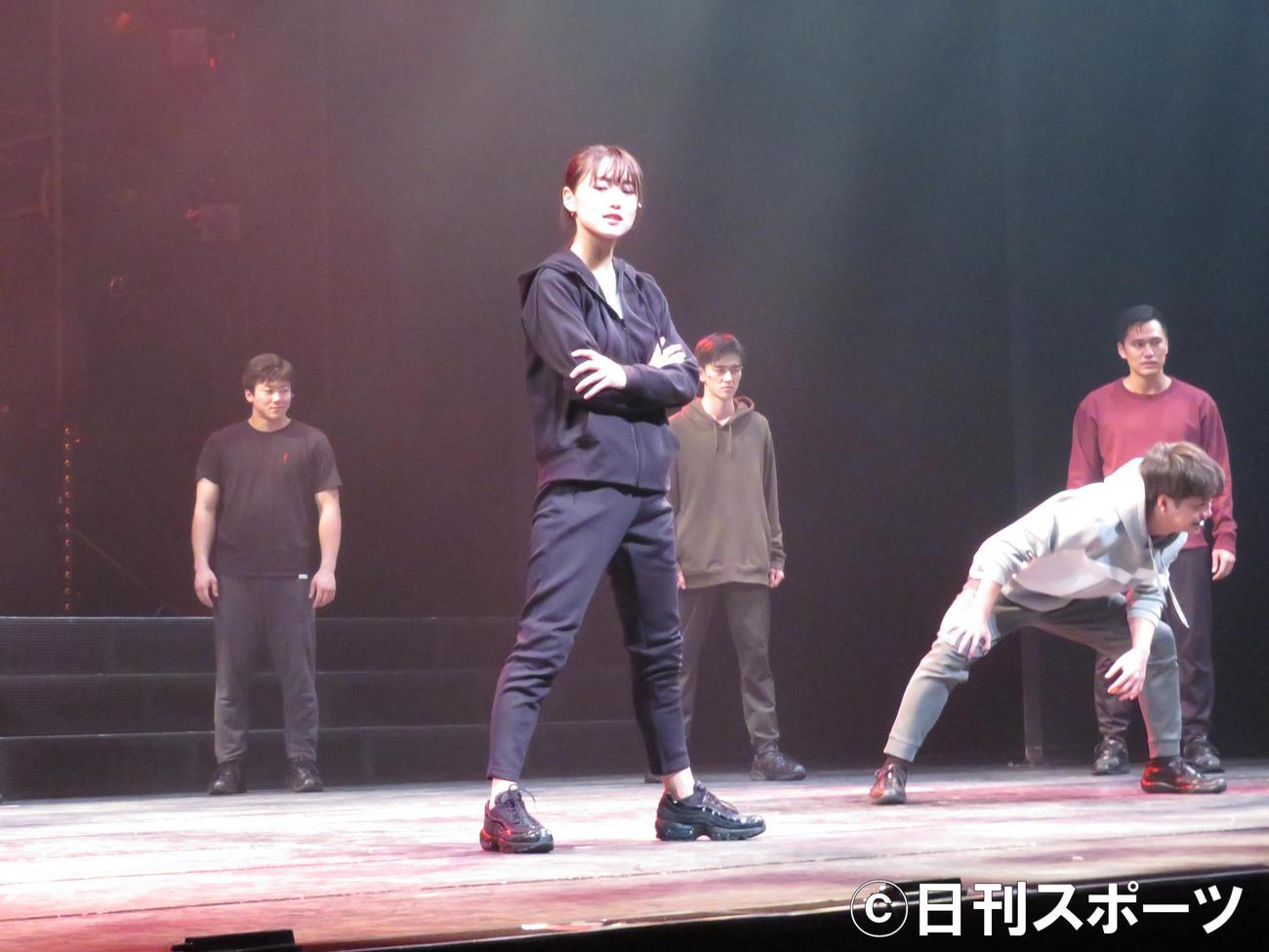 主演舞台「飛龍伝2020」で熱演する菅井友香(中央)(撮影・横山慧)