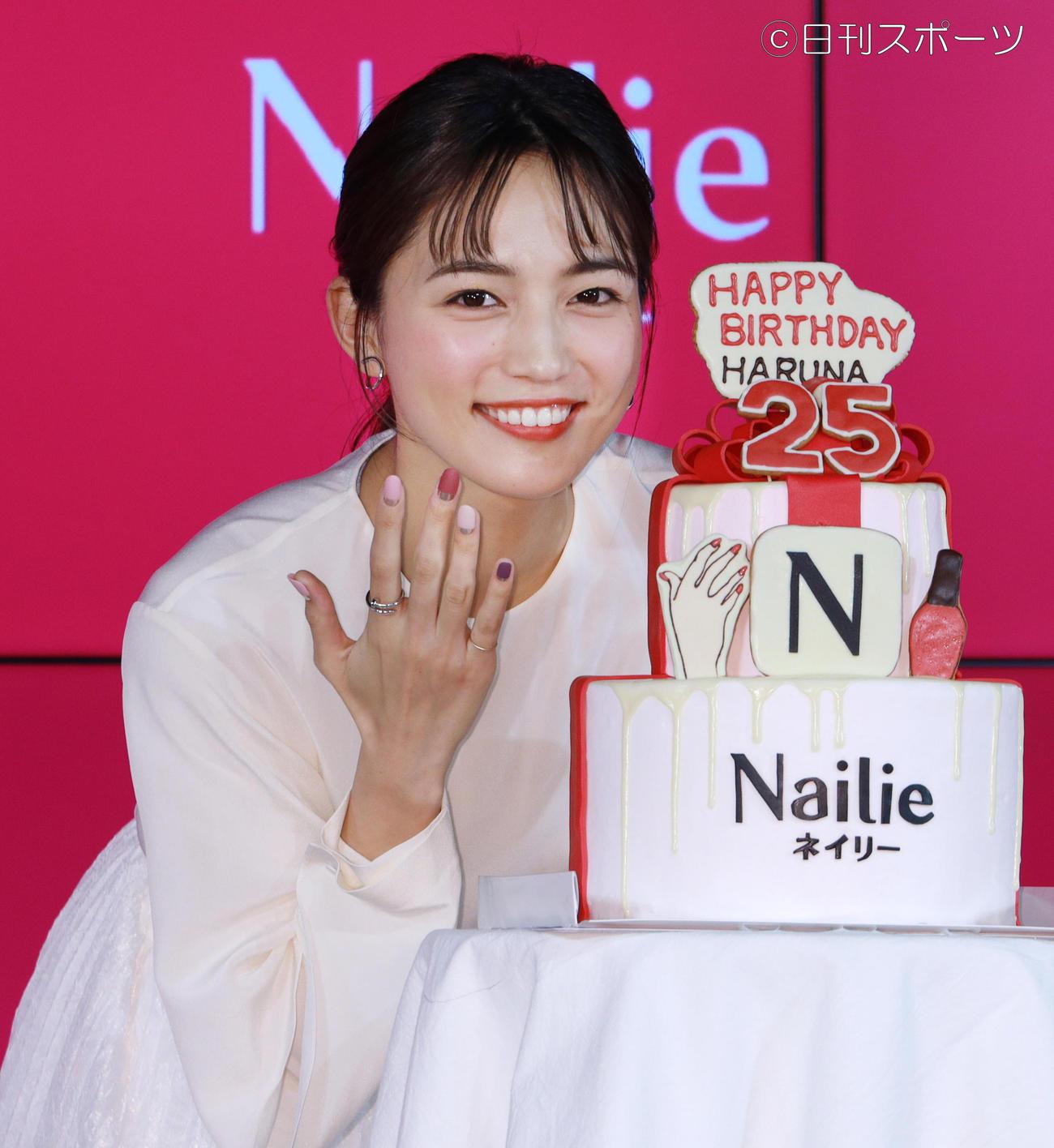 誕生日ケーキを前にネイルを披露する川口春奈(撮影・中島郁夫)