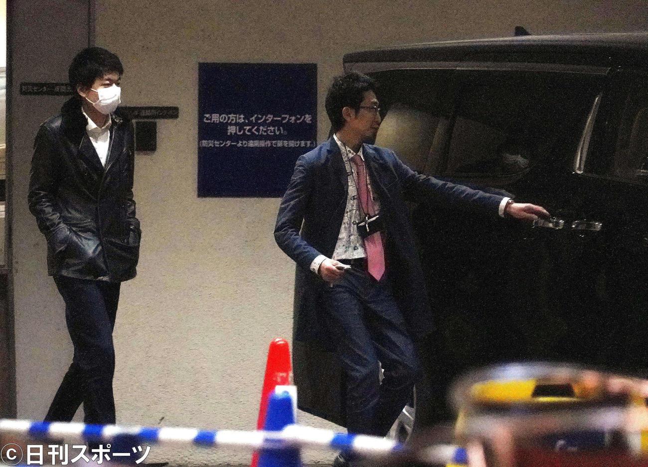 舞台「八つ墓村」の稽古を終えて、稽古場を出る喜多村緑郎(左)(撮影・佐藤成)