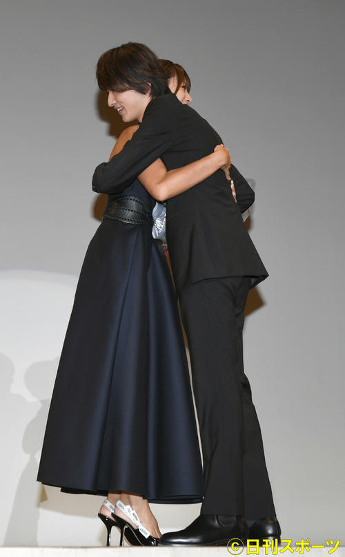 Photo of Yokohama meteor Elandor rookie award 恭 Kyoko Fukada blesses with hug