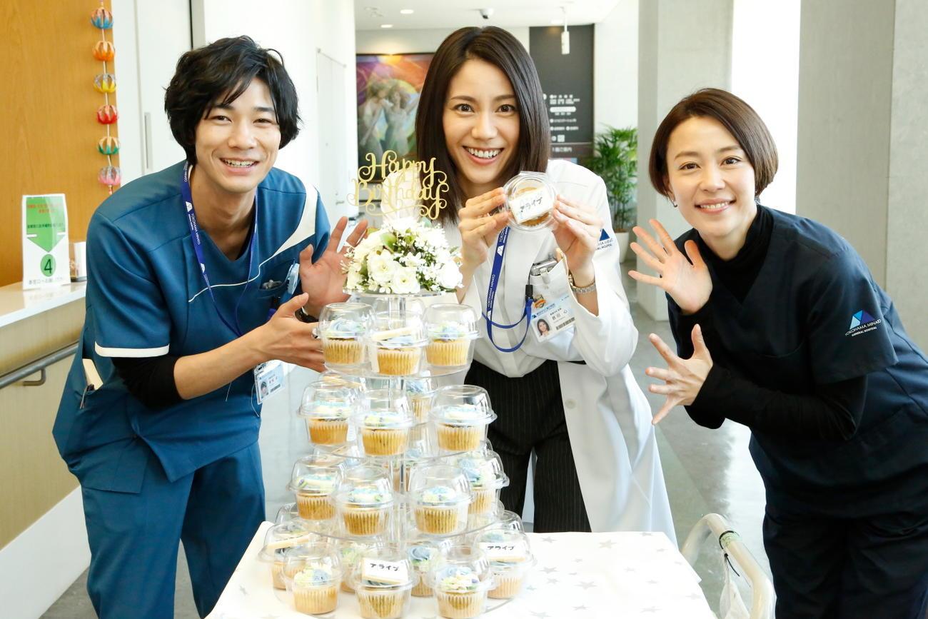松下奈緒(中)の誕生日をカップケーキで祝福する清原翔(左)と木村佳乃(C)フジテレビ