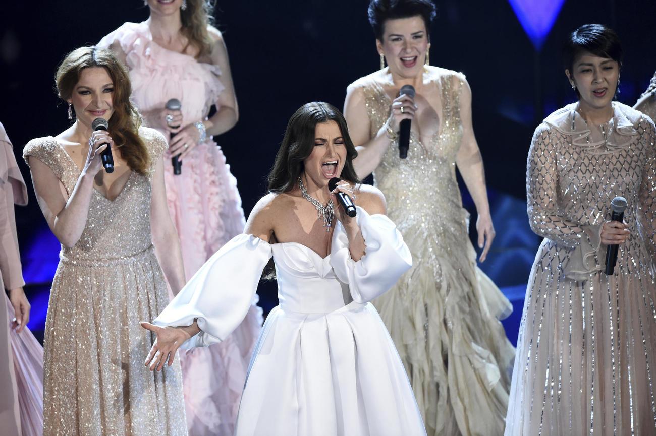 「アナと雪の女王2」の楽曲「イントゥ・ジ・アンノウン」を熱唱するイディナ・メンゼルら。右後方は松たか子(AP)