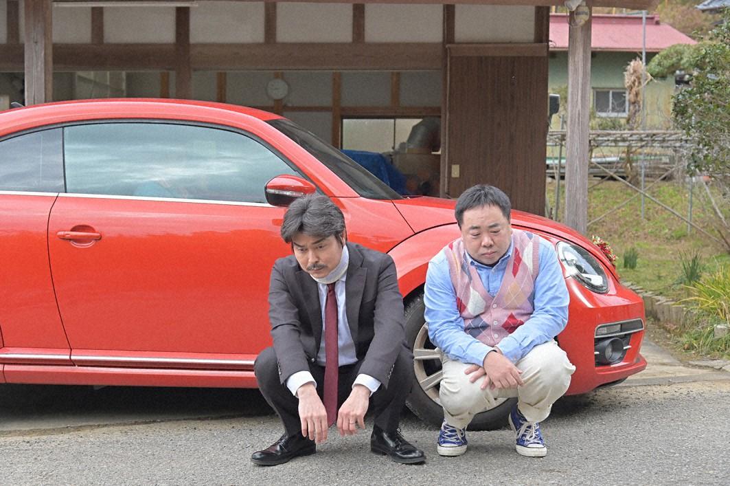 打ちひしがれしゃがみこむ山下吾郎(小沢征悦=左)とおっさん多恵子(塚地武雅)(C)東海テレビ