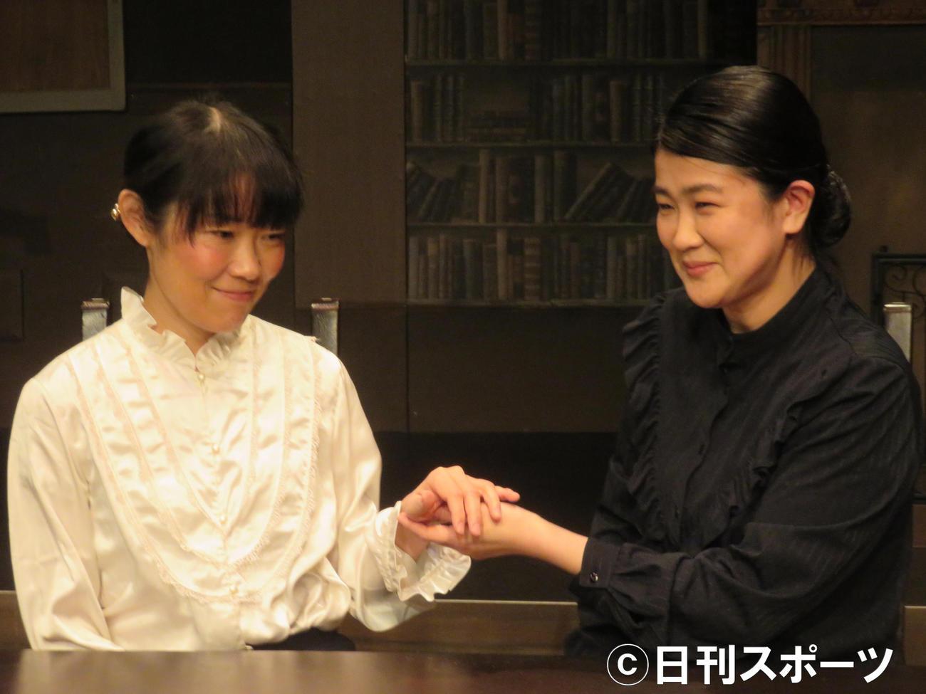 サリバン先生役の松本紀保(右)とヘレン役の羽杏