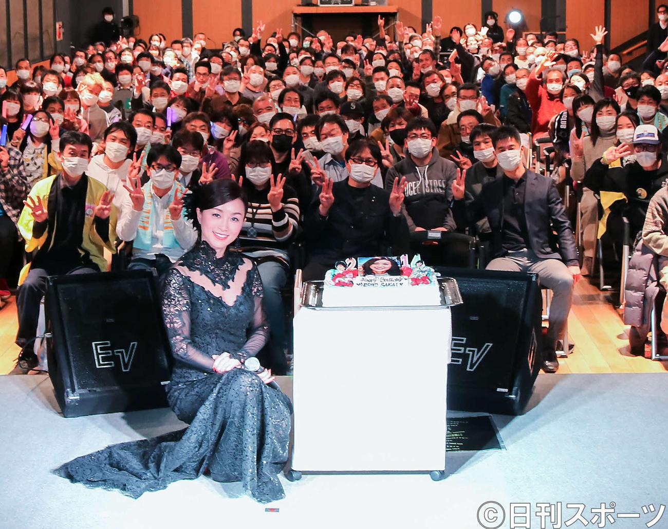 新型コロナウイルス対策のため、マスクを着用した240人のファンと記念撮影する酒井法子
