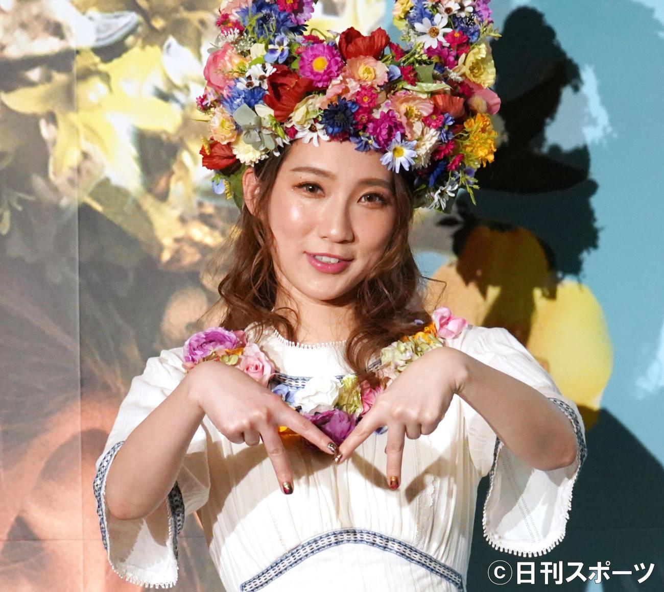 映画「MIDSOMMAR」試写会でMポーズをするファーストサマーウイカ(2020年2月4日)