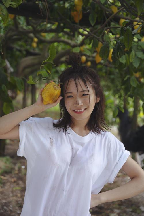 イタリア・アマルフィのレモン畑で撮影した秋元真夏セカンド写真集の先行カット