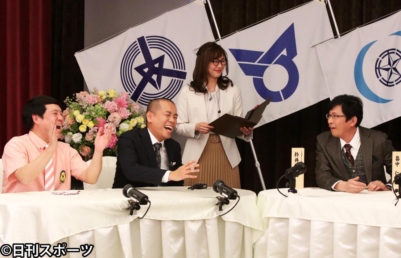 収録で爆笑する(左から)タカ、トシ、1人おいて鈴井貴之(撮影・西塚祐司)