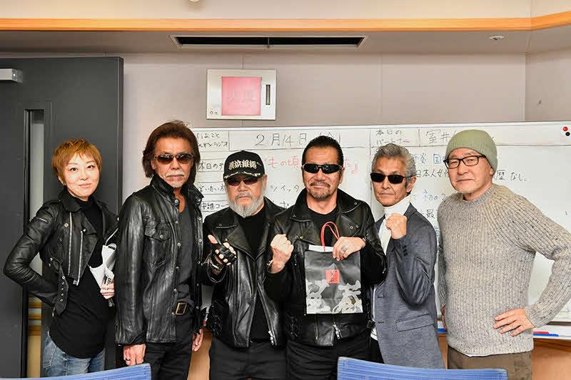 37年ぶりに活動を再開した横浜銀蠅がラジオ出演で意気込みを語る。左端は室井佑月氏、右端は大竹まこと