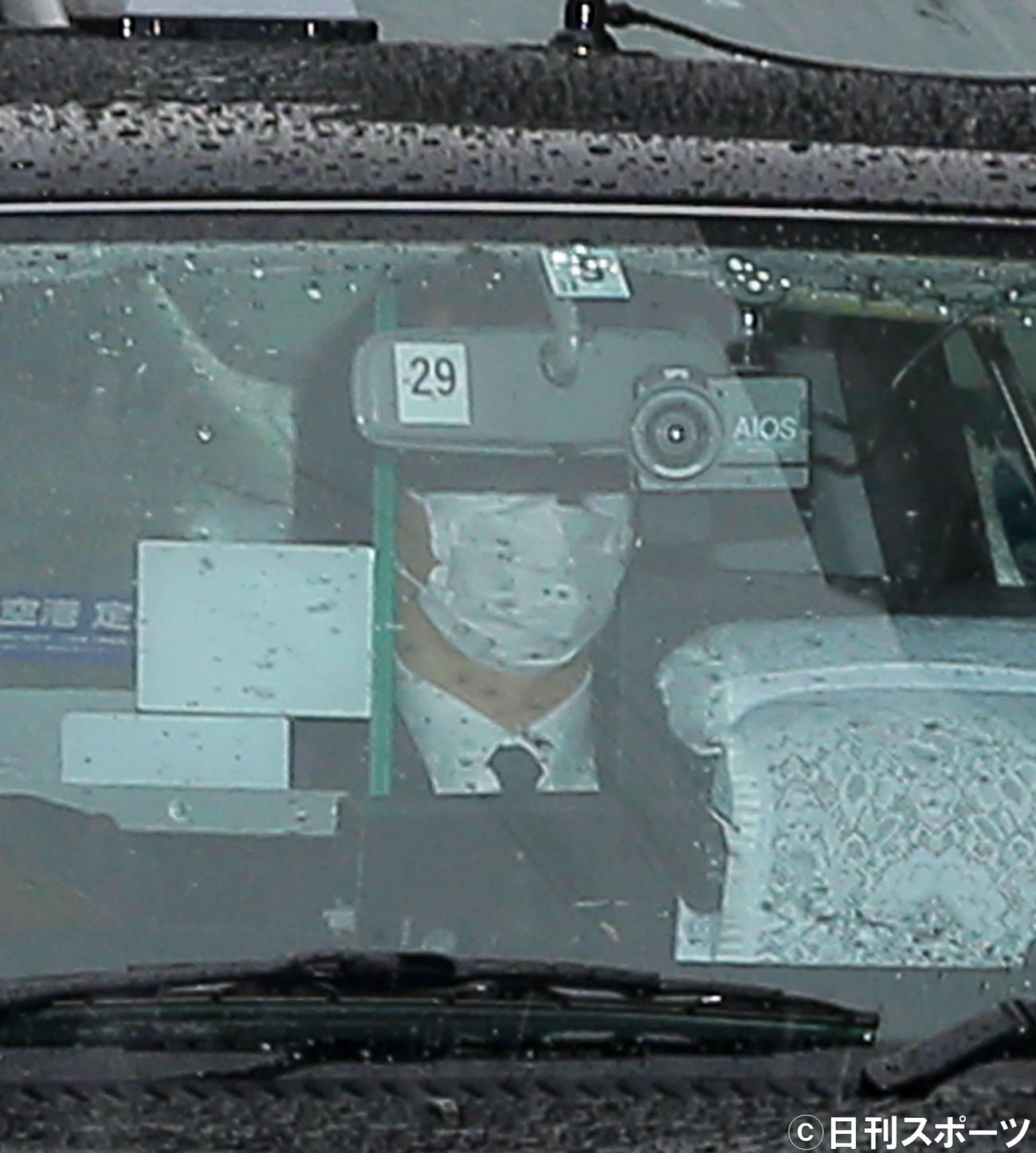 「新派特別公演 八つ墓村」の初日を迎える喜多村緑郎は、マスクで顔を覆いタクシーで劇場入りする(撮影・河田真司)