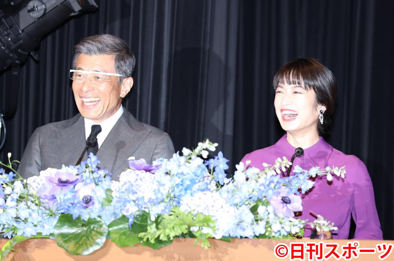 第62回ブルーリボン賞授賞式の司会を務める舘ひろし(左)と門脇麦(撮影・河田真司)