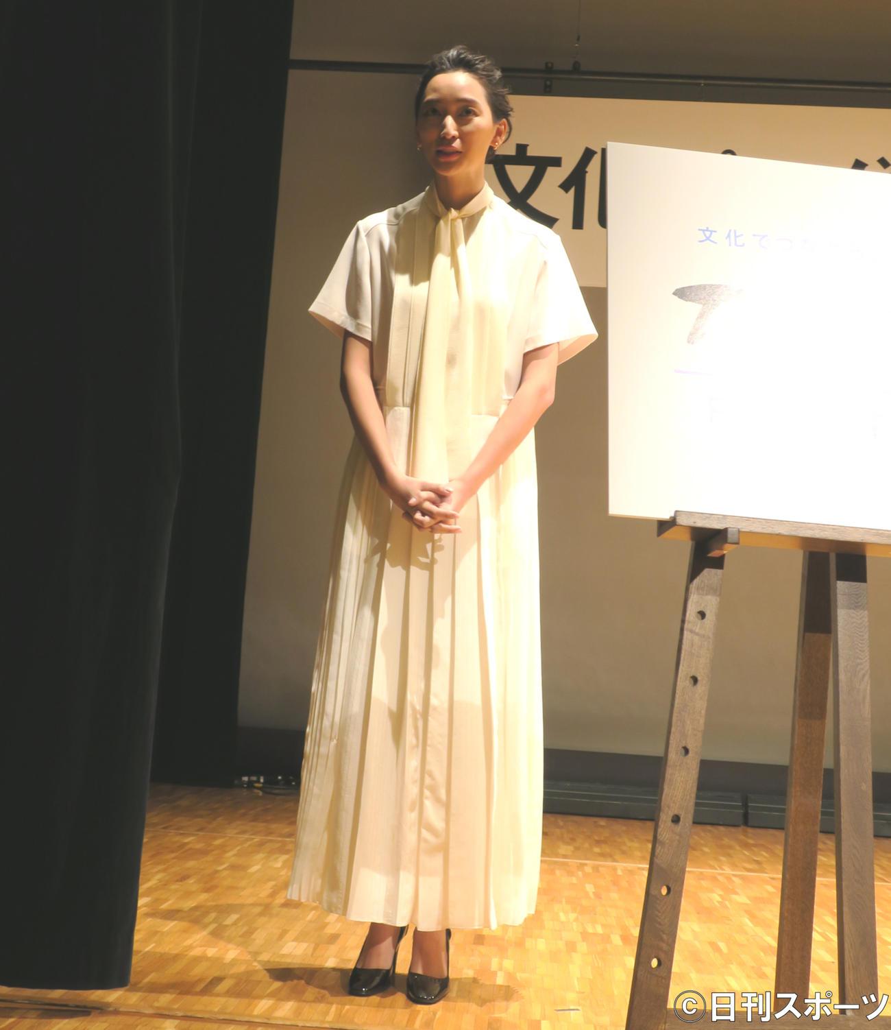 「文化プログラム参加促進シンポジウム」終了後、ステージ袖で取材に応じる杏