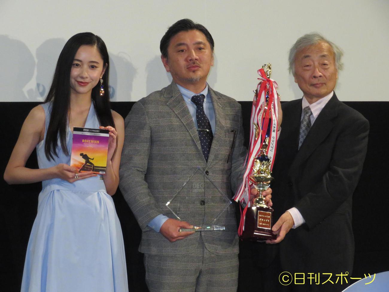 「第12回 日本ブルーレイ大賞」授賞式に出席した堀田真由(左)。右は麻倉怜士氏(撮影・横山慧)