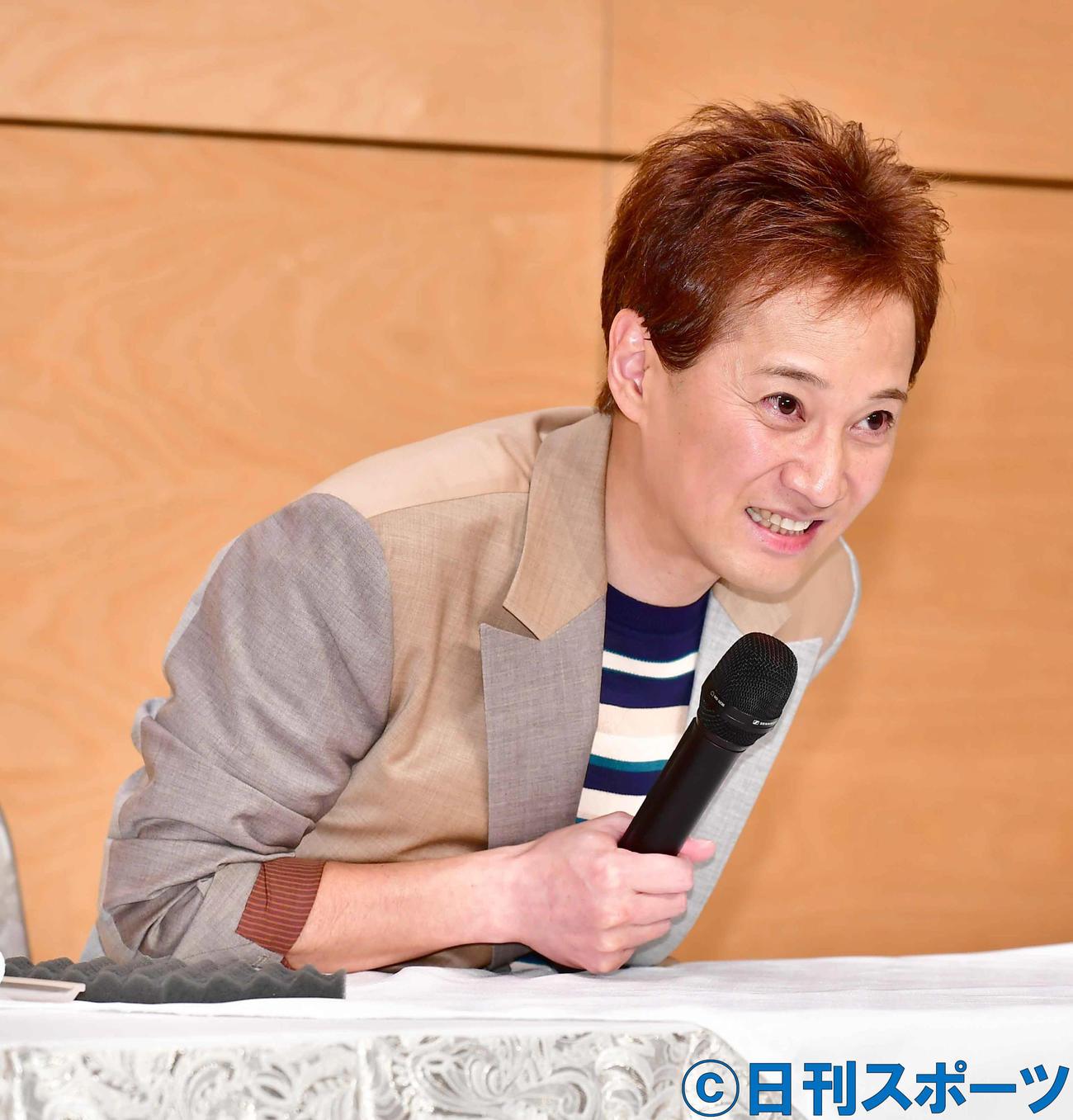 ジャニーズ事務所からの独立を発表する会見で笑顔を見せる中居正広(撮影・小沢裕)