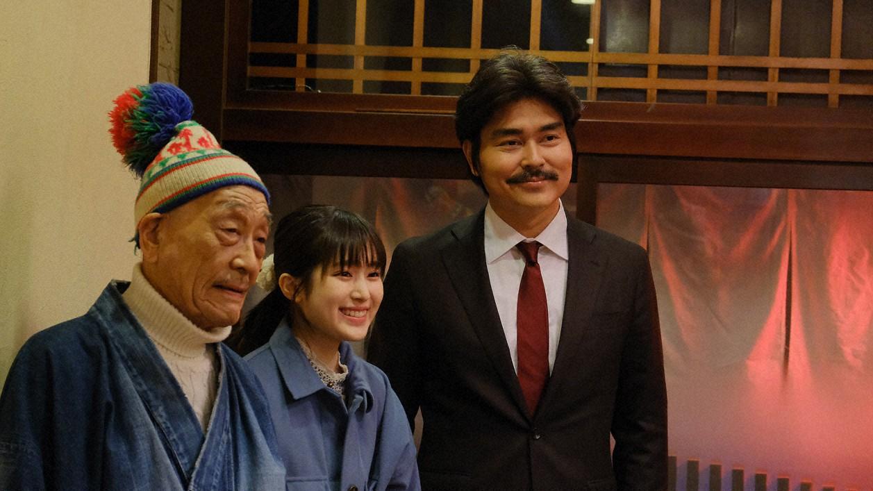 山下タロスケ(麿赤兒=左)、トモ(福本莉子=中)、吾郎(小沢征悦)の親子3代は、タロスケのいとこが営む焼き鳥屋に顔を出す(C)東海テレビ