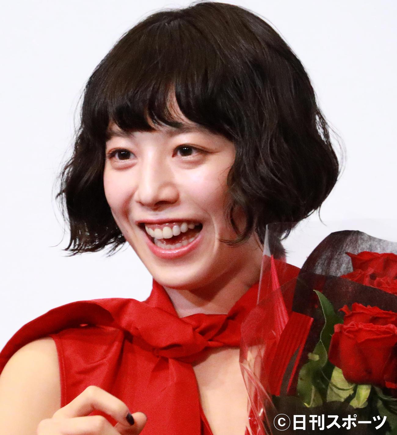 共演者たちから花束を贈られた夏帆(撮影・中島郁夫)