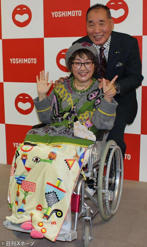 会見後、写真撮影に応じた宮川花子と夫の大助(撮影・村上久美子)