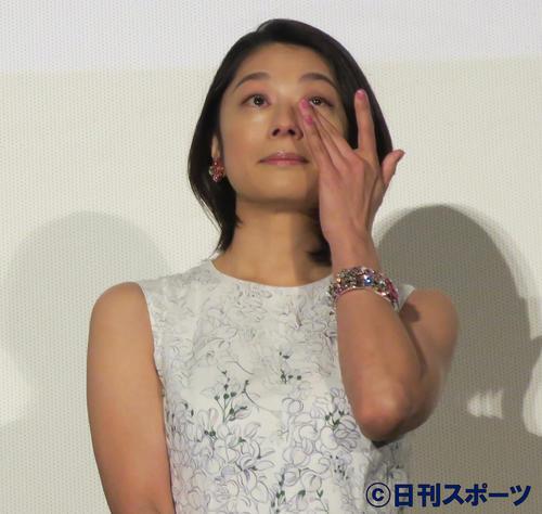 映画「グッドバイ~嘘からはじまる人生喜劇~」感謝御礼舞台あいさつで、涙をぬぐう小池栄子