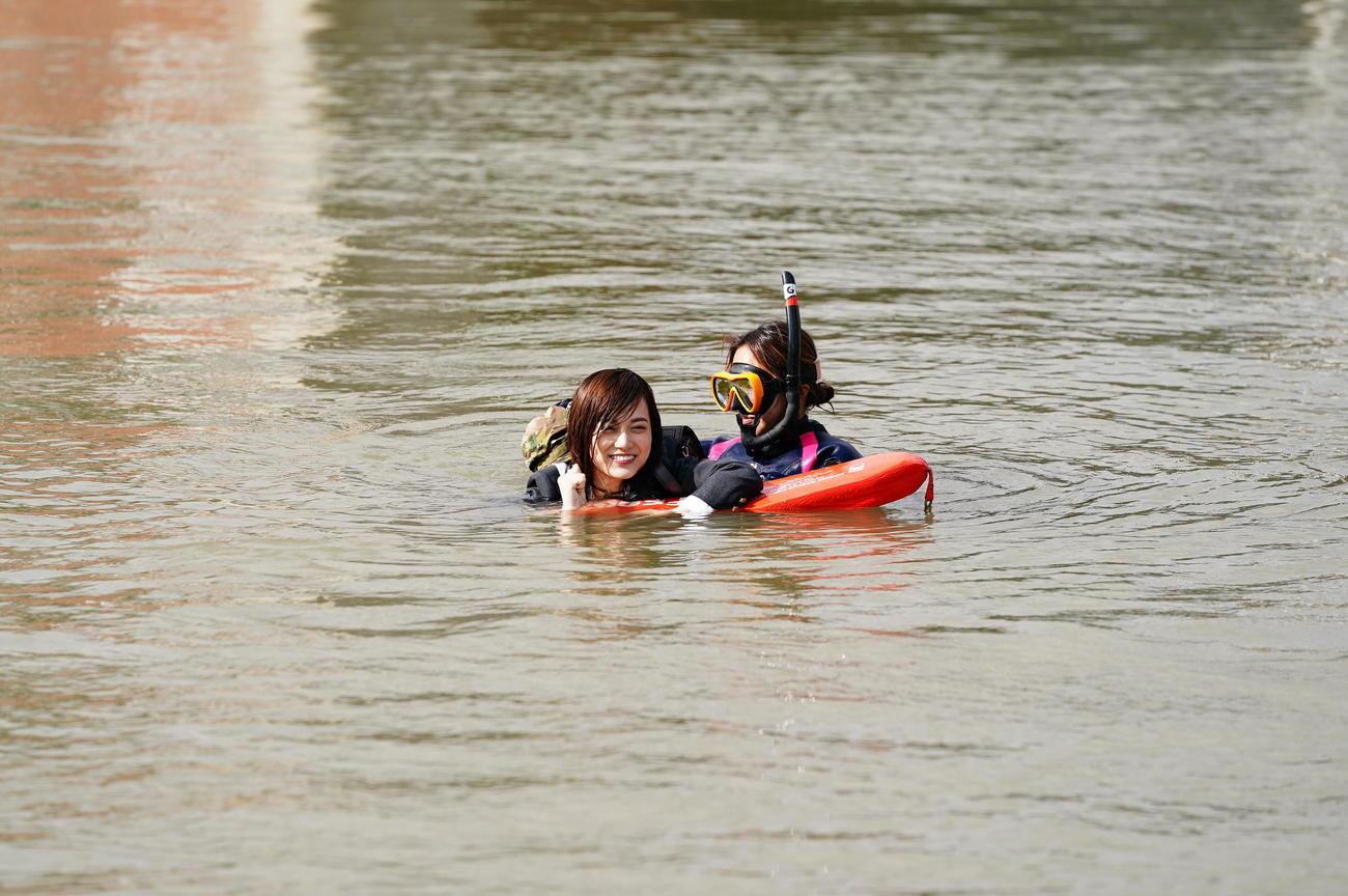「映像研には手を出すな!」の撮影で川に飛び込んだ山下美月(左)