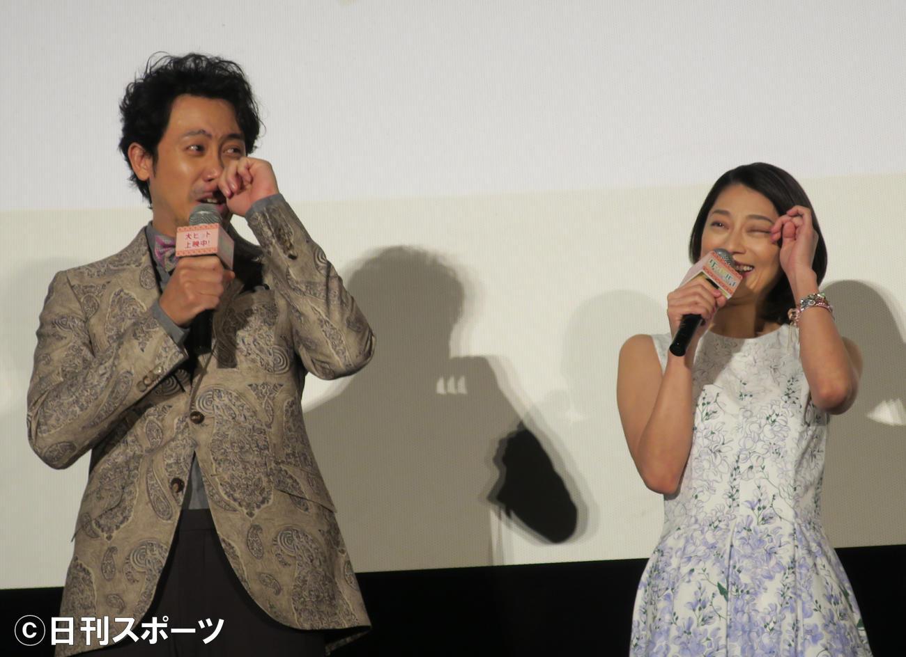 映画「グッドバイ~嘘からはじまる人生喜劇~」感謝御礼舞台あいさつで涙する小池栄子(右)と、うそ泣きをする大泉洋