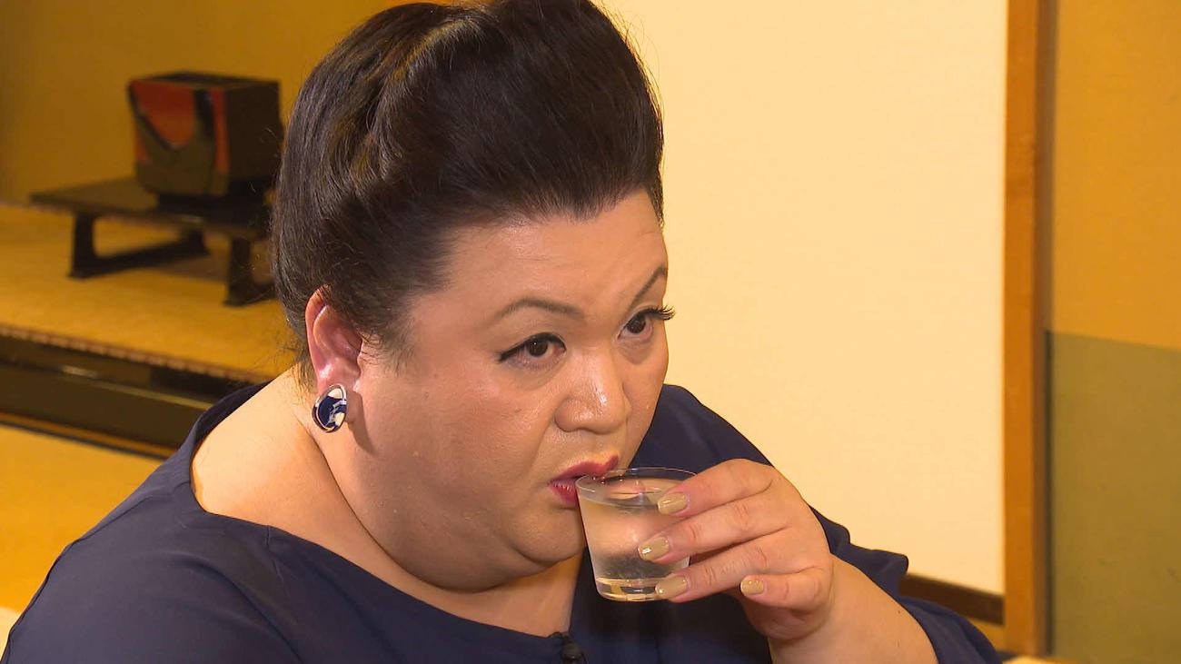 マツコ・デラックスは、有名すし店で日本酒を味わう