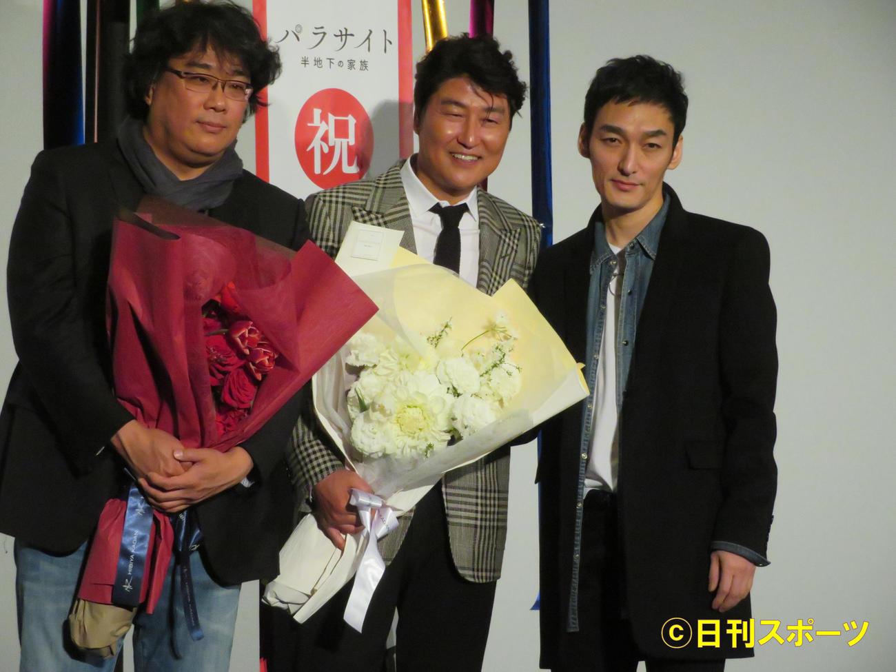 映画「パラサイト」の舞台あいさつを行った左からポン・ジュノ監督、ソン・ガンホ、草なぎ剛