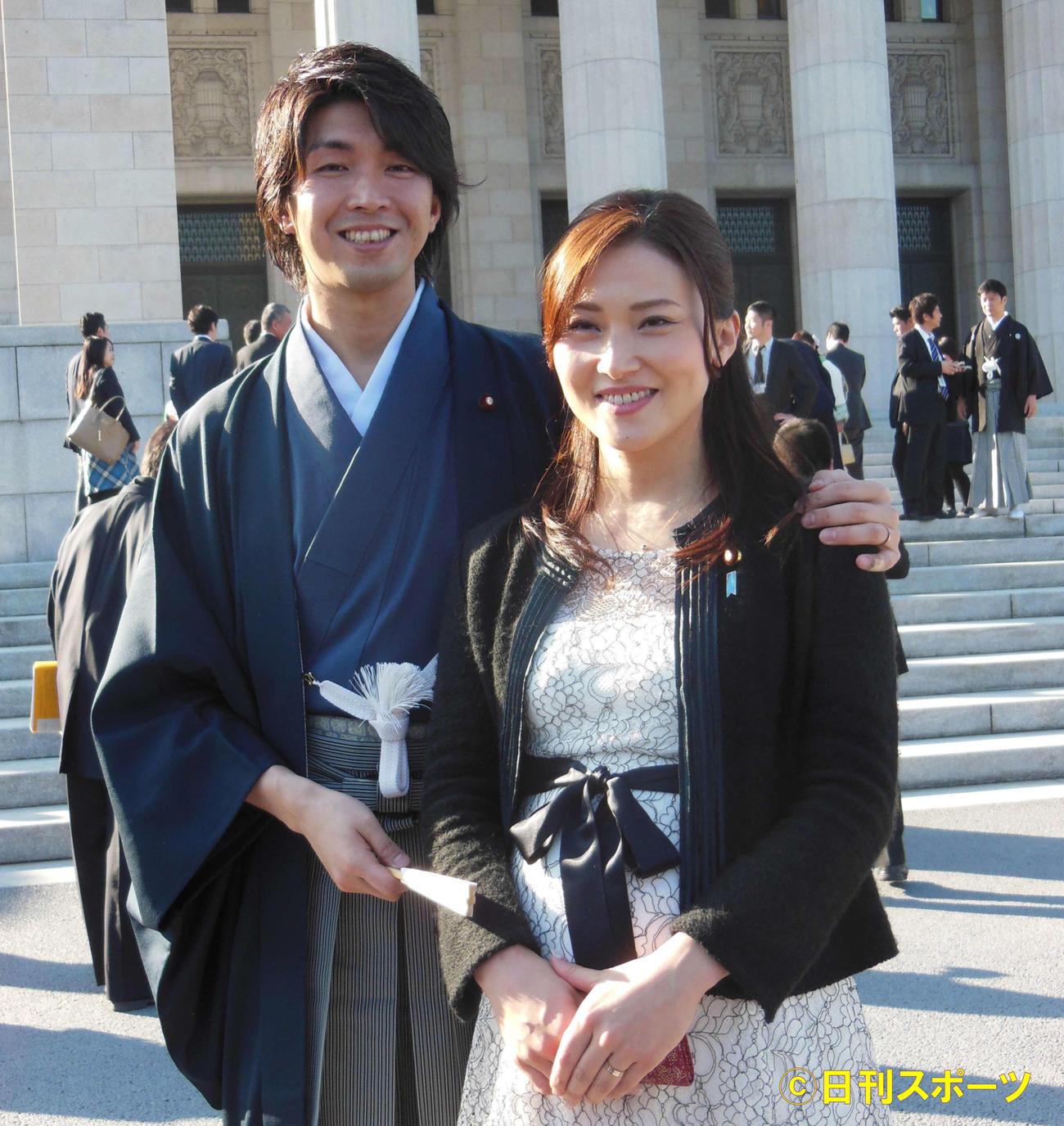 16年1月、和装姿で取材に応じた宮崎謙介議員(左)と妻の金子恵美議員