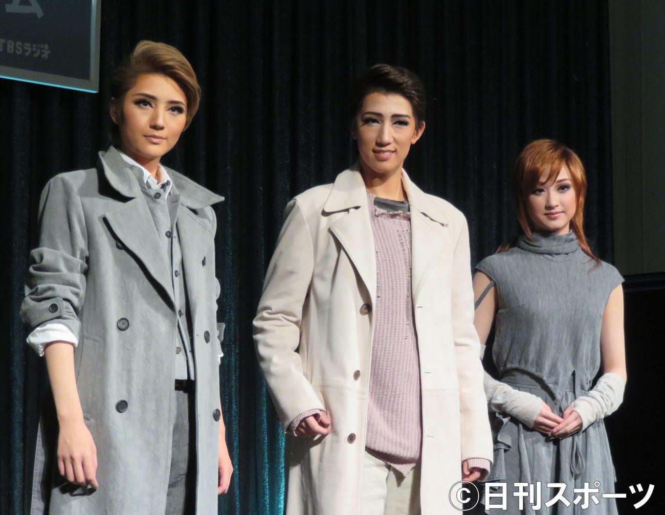 宝塚歌劇団宙組公演「FLYING SAPA-フライング サパ-」の制作発表会見に出席した、左から芹香斗亜、真風涼帆、星風まどか