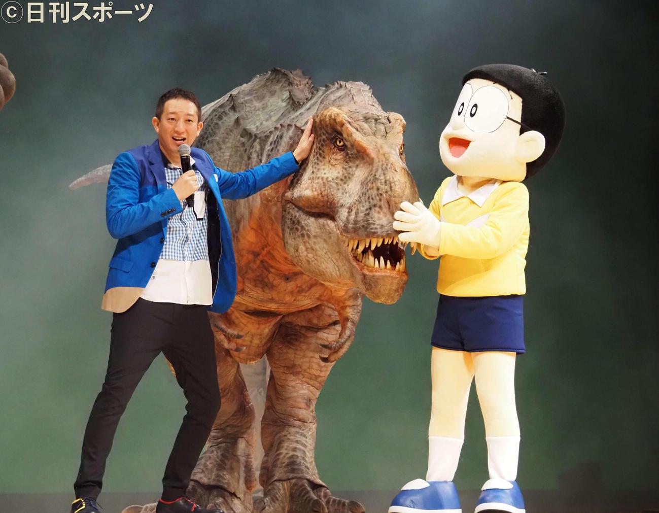 16日、「映画ドラえもん のび太の新恐竜」完成披露舞台あいさつで、サバンナ高橋茂雄(左)は恐竜の登場に驚く