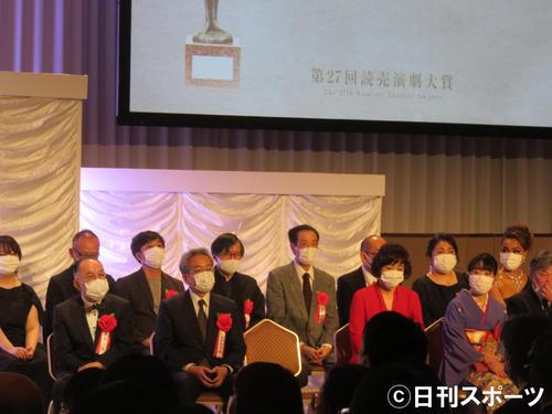 マスク姿で壇上に並ぶ受賞者たち