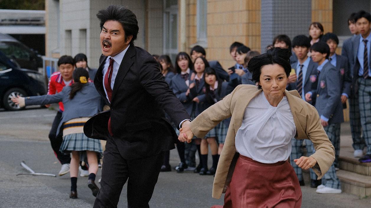 山下吾郎(小沢征悦=左)の手を引っ張って、走り去ろうとする佐々木ミク(本上まなみ)(C)東海テレビ
