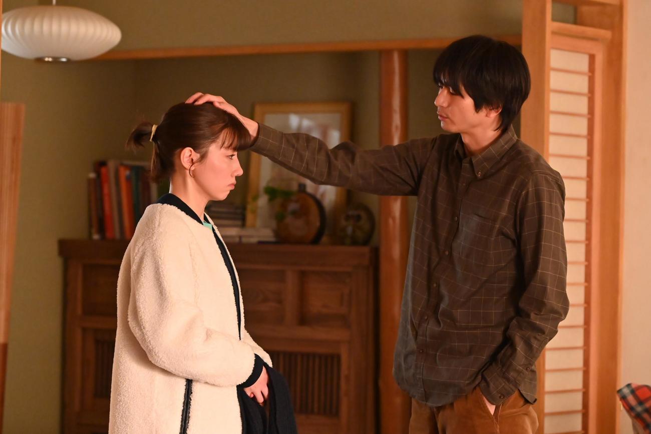 石川菜七子(仲里依紗=左)は白河圭太(向井理)に長年の秘密を打ち明ける(C)カンテレ