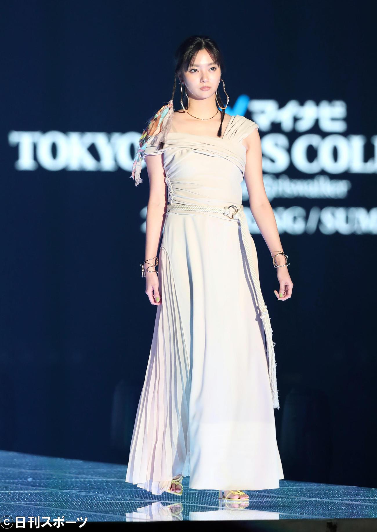 「マイナビ トーキョーガールズコレクション2020」で華麗にランウェーを歩く新川優愛(撮影・垰建太)