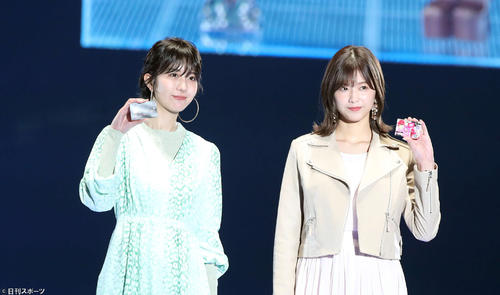 """JOY [center left] and Mai Watanabe [right] walk along the runway side by side with """"My Navi @ Tokyo Girls Collection 2020"""" and answer with a smile when asked by Takayoshi Yoshimura [left] and Minami Tanaka [Shooting by Kenta Tao]"""