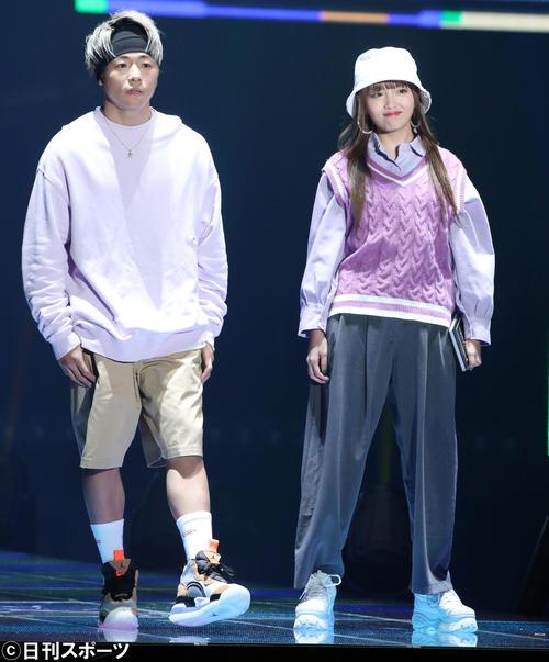 「マイナビ トーキョーガールズコレクション2020」でランウェーを並んで歩く武尊(左)とねお(撮影・垰建太)