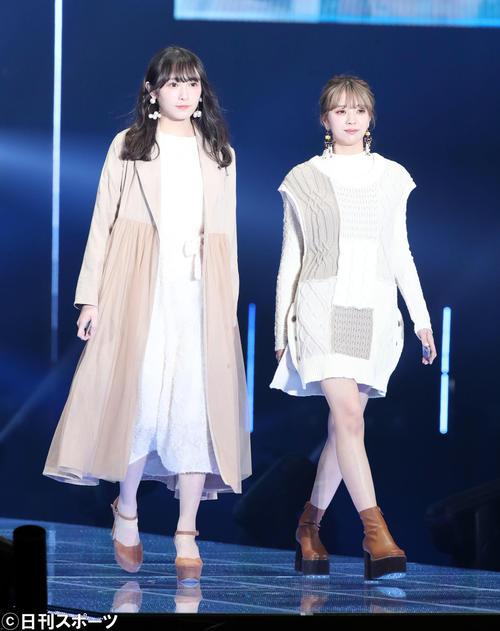 「マイナビ トーキョーガールズコレクション2020」でランウェーを歩く欅坂46の渡辺梨加(左)と小林由依(撮影・垰建太)