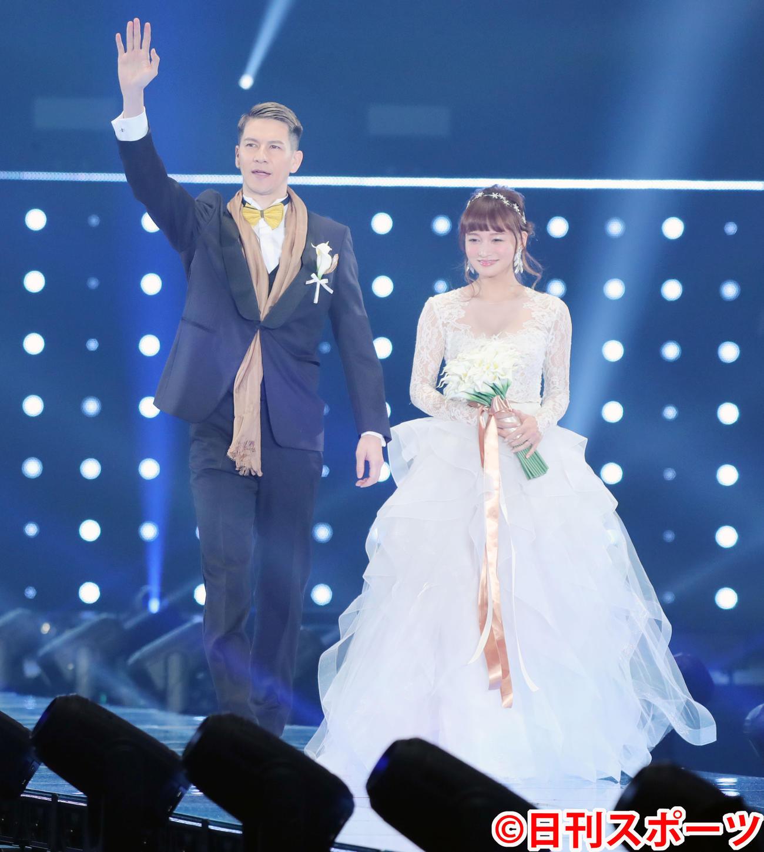 「マイナビ トーキョーガールズコレクション2020」でタキシード姿とドレス姿で並んでランウェーを歩くJOY(左)とわたなべ麻衣(撮影・垰建太)
