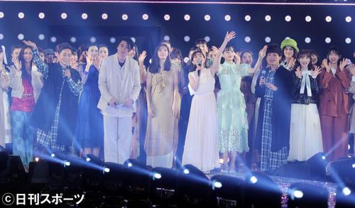 「マイナビ トーキョーガールズコレクション2020」の最後、画面の向こうのファンに向かって手を振り締める司会の田中みな実(中央)(撮影・垰建太)