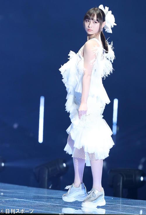 「マイナビ トーキョーガールズコレクション2020」でランウェーを歩くNMB48梅山恋和(撮影・垰建太)
