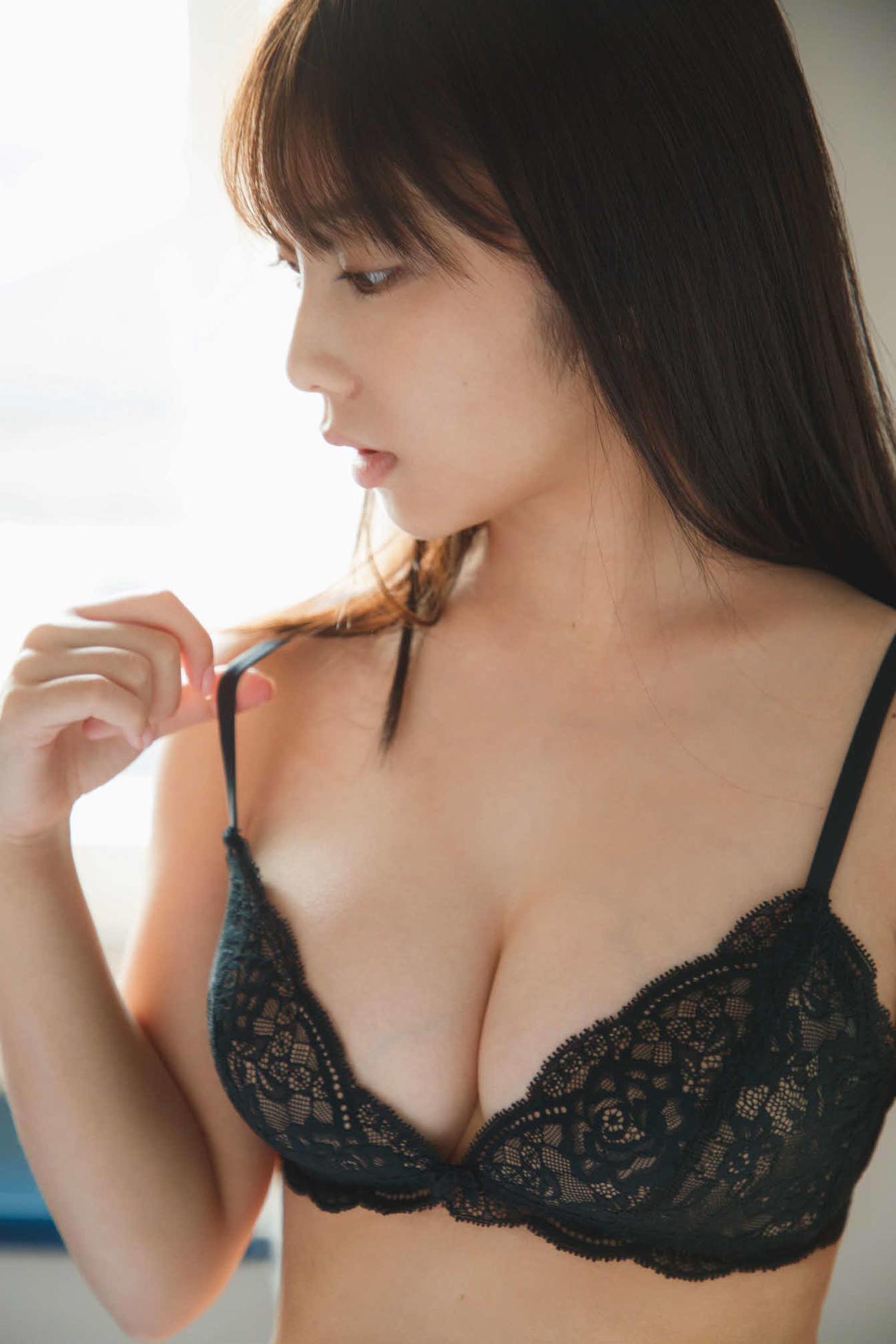 与田祐希がセカンド写真集「無口な時間」で披露した黒ランジェリーカット