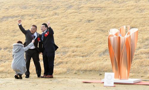 聖火皿への点火が強風により上手くいかず、急きょショートコントで観客を盛り上げるサンドウィッチマン(撮影・横山健太)