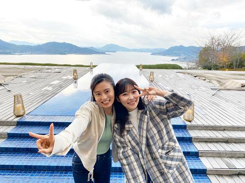 小島瑠璃子(左)が指原莉乃に広島の魅力を紹介する