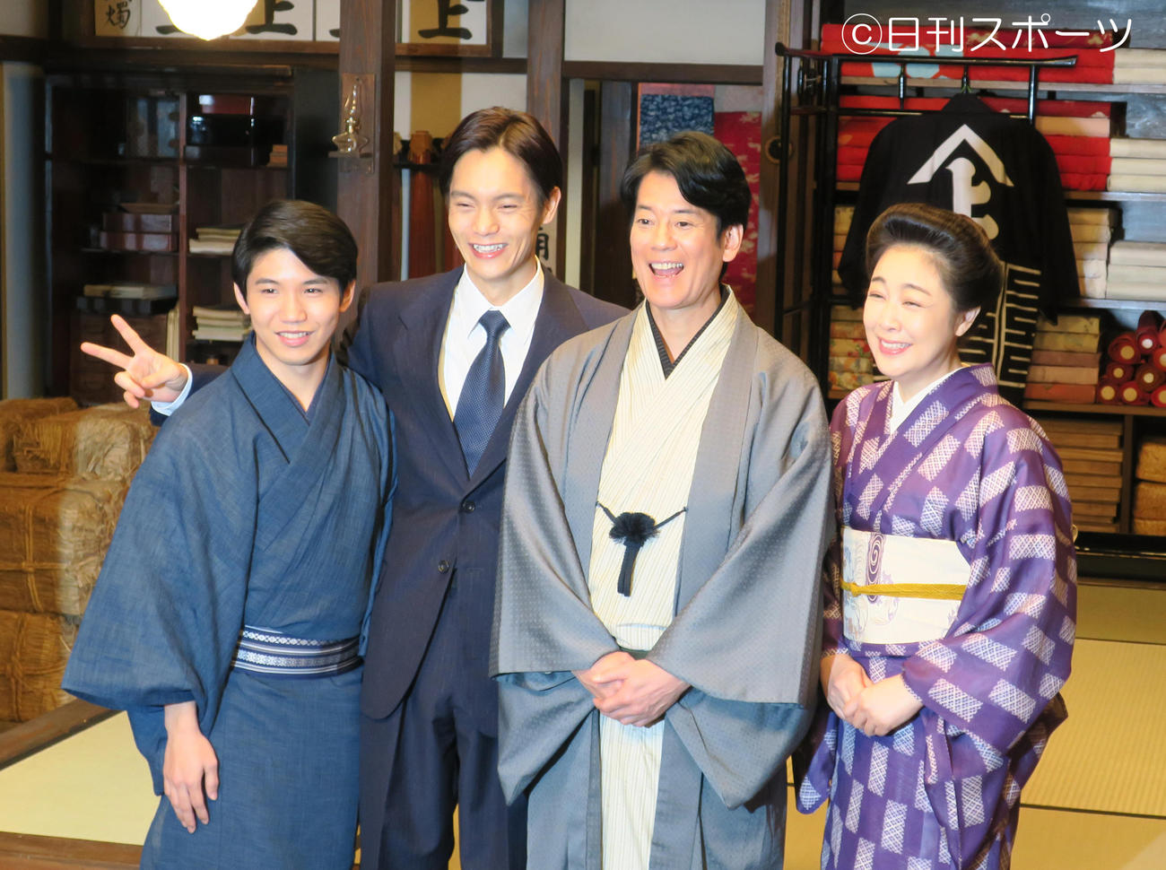 NHK連続テレビ小説「エール」のスタジオ取材会を行った出演者たち。左から佐久本宝、窪田正孝、唐沢寿明、菊池桃子