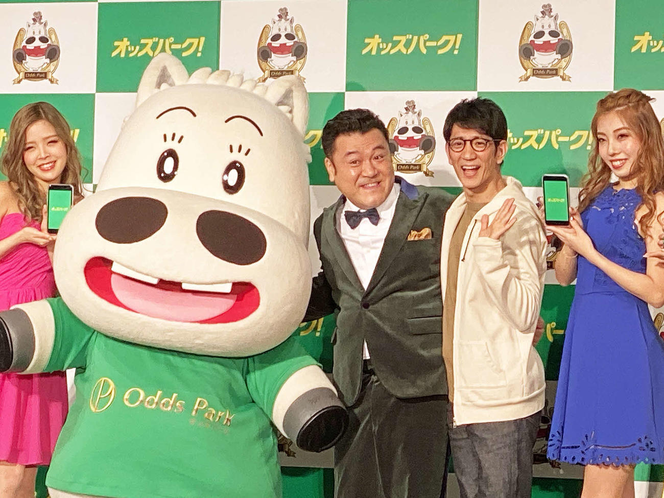 12年ぶりにコンビでCM出演したアンタッチャブル山崎弘也(中央)と柴田英嗣(同右)