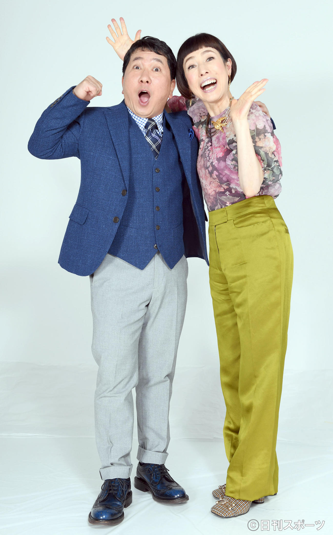 13年目を迎える「秘密のケンミンSHOW」の新MCに抜てきされた爆笑問題の田中裕二(左)は、久本雅美と「楽しみながら、がんばります」と笑顔でポーズを決める(撮影・たえ見朱実)