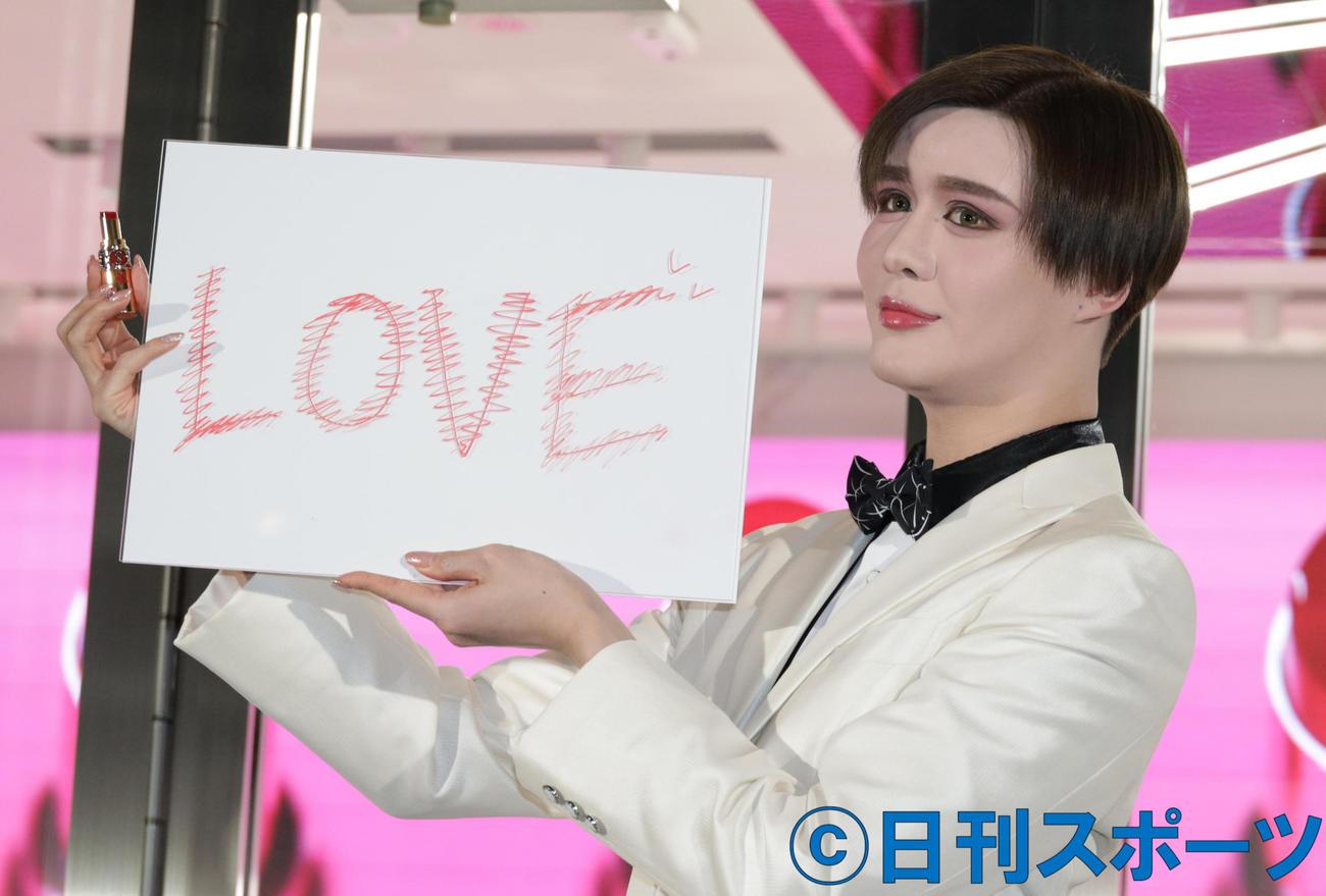 リップで「LOVE]と記すMatt(撮影・中島郁夫)