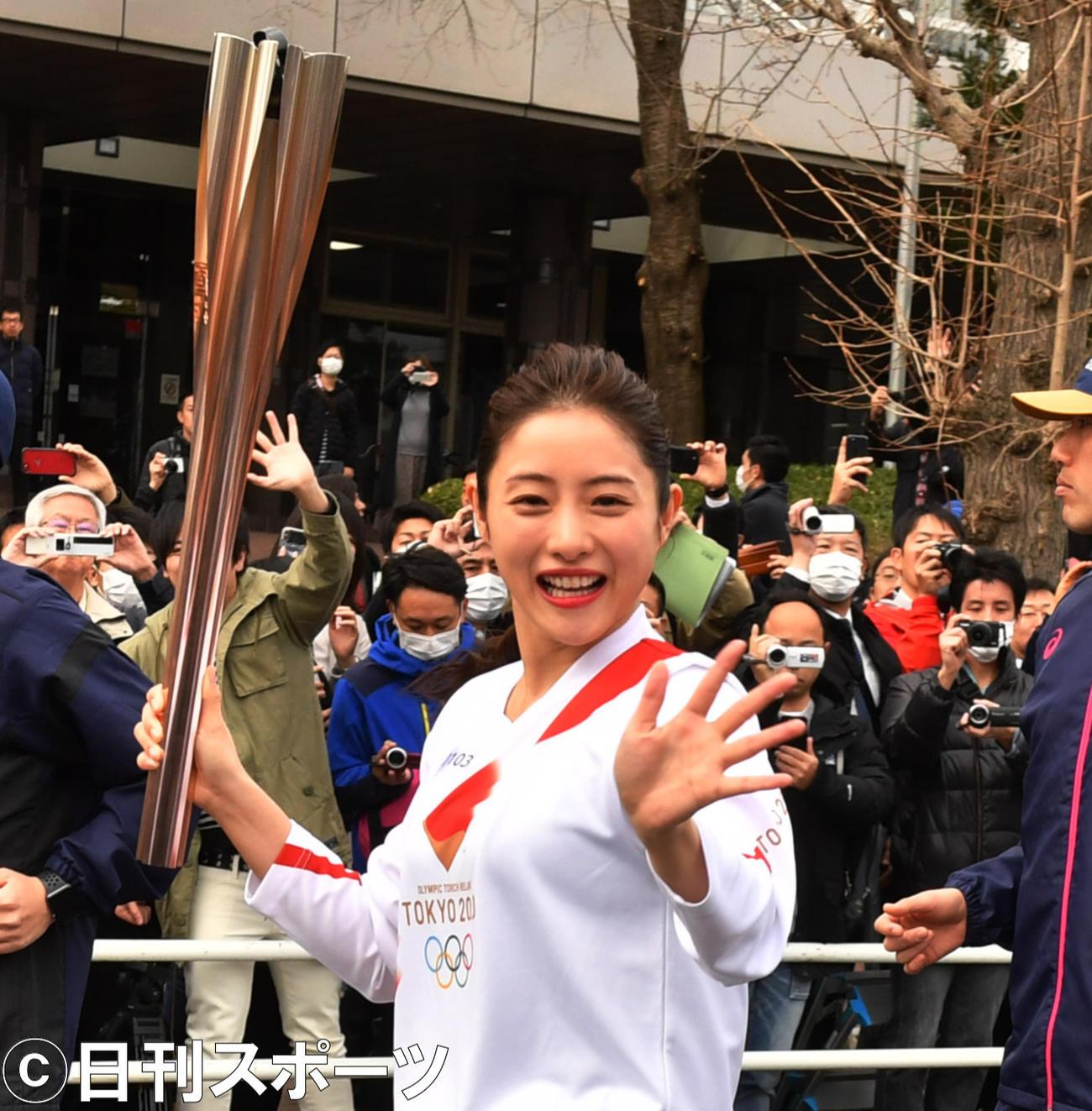 東京五輪の聖火リレーのリハーサルをする石原さとみ(2020年2月15日撮影)