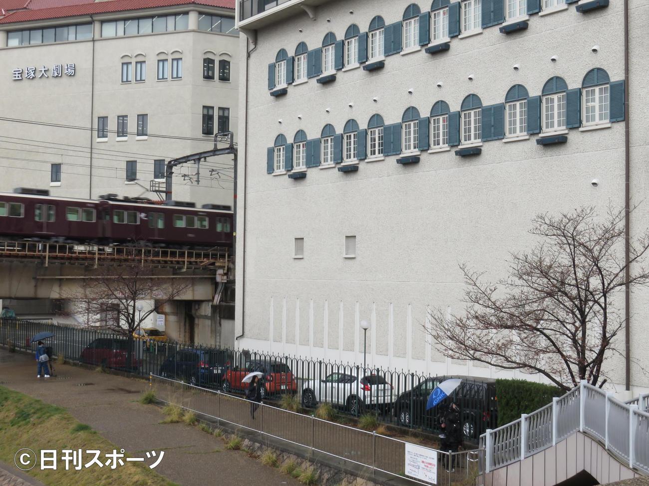 例年、受験生が合格者掲示ボード前に集まる校舎外の敷地に人の姿はなし(撮影・村上久美子)
