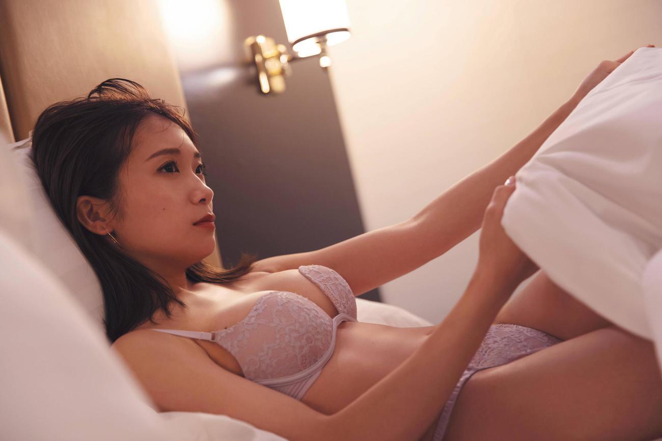 秋元真夏セカンド写真集「しあわせにしたい」の先行カット 撮影/倉本GORI